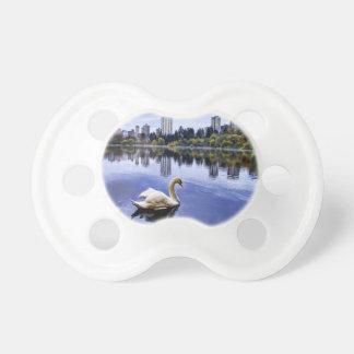 Weiße Schwan-Schwimmen in der Stadt Schnuller