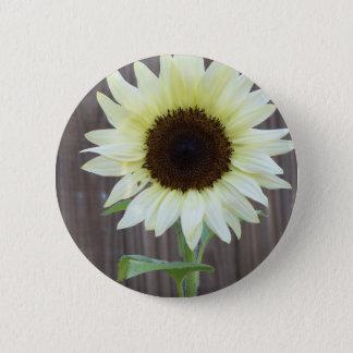 Weiße Sonnenblume gegen einen verwitterten Zaun Runder Button 5,1 Cm