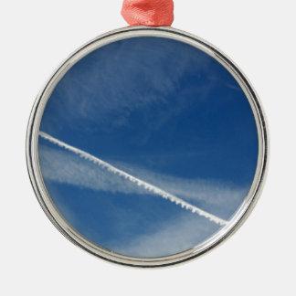 weiße Spitze auf dem Himmel Silbernes Ornament