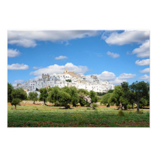 Weiße Stadt Ostuni mit Olivenbäumen, Puglia-Druck Fotodruck