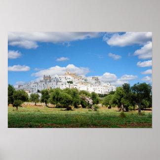 Weiße Stadt Ostuni mit Olivenbäumen, Puglia-Plakat Poster