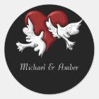 Weiße Tauben mit roten Herz-Aufklebern Runder Aufkleber