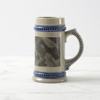 Weiße Tinte auf Brown und blauem Hintergrund Bierglas