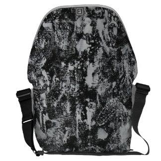 Weiße Tinte auf schwarzem Hintergrund #1 Kurier Taschen