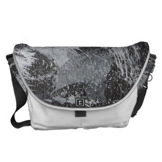 Weiße Tinte auf schwarzem Hintergrund #3 Kurier Taschen