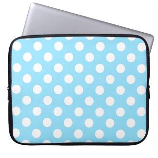 Weiße Tupfen auf hellblauem Laptop Sleeve