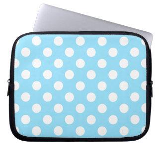 Weiße Tupfen auf hellblauem Laptopschutzhülle