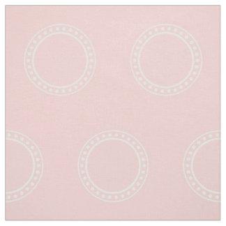 Weiße Tupfen-Ringe auf Baby-Rosa Stoff
