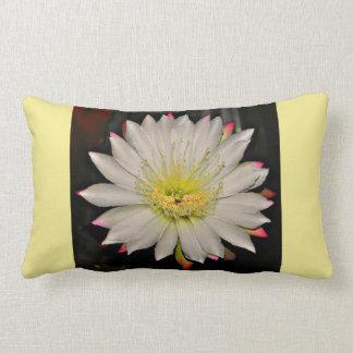 Weiße und rosa Kaktus-Blüte auf Gelb Lendenkissen