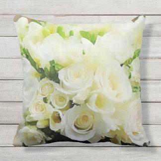 Weiße und SahneRosen mit Blumen Zierkissen