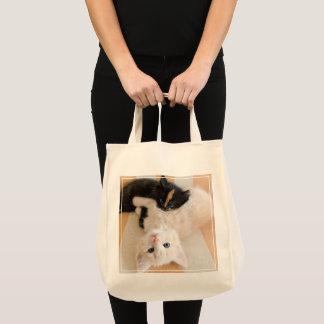 Weiße und schwarze Kätzchen Tragetasche