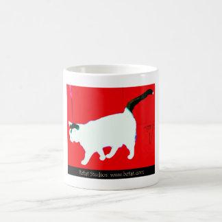 Weiße und schwarze Katze auf Rot Kaffeetasse