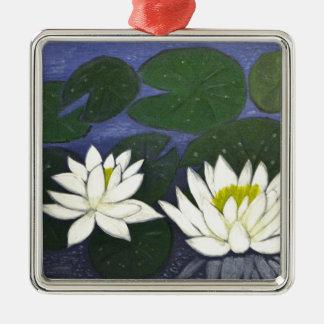 Weiße Wasserlilie-Blumen in einem Teich Silbernes Ornament