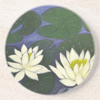 Weiße Wasserlilie-Blumen in einem Teich Untersetzer