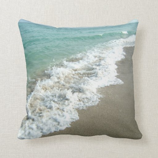 Weiße Wellen, die auf Strand-Ufer-Kissen