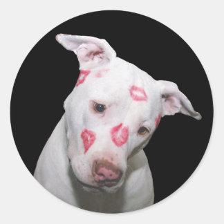 Weiße Welpen-HundeLiebe, versiegelt mit Lippenstif Runder Sticker