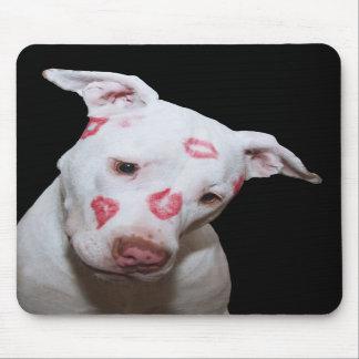 Weiße Welpen-HundeLiebe, versiegelt mit Lippenstif Mauspads