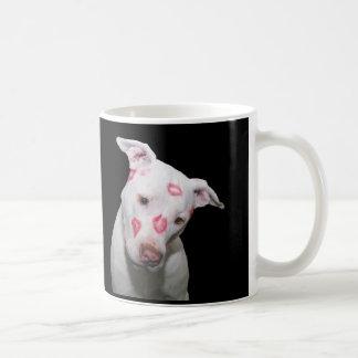 Weiße Welpen-HundeLiebe, versiegelt mit Tasse
