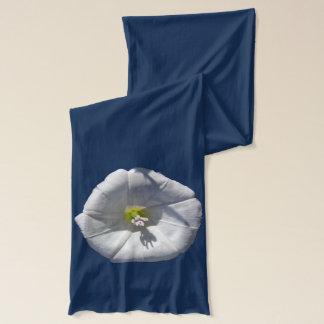 Weiße Winden-Blume gezeigt auf Marine Schal
