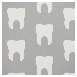 Weiße Zähne auf einem grauen Hintergrund Stoff