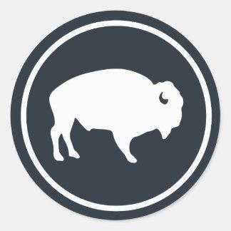 Weißer Büffel draußen Runder Aufkleber
