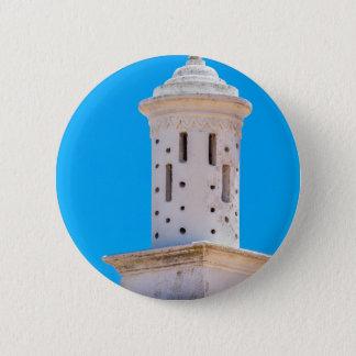 Weißer dekorativer Kamin auf Dach mit blauem Runder Button 5,7 Cm