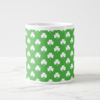 Weißer Herz-Förmiger Klee auf grünem St Patrick Jumbo-Tasse