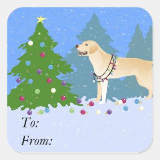 Weißer Labrador im Wald, der Weihnachtsbaum Quadratischer Aufkleber