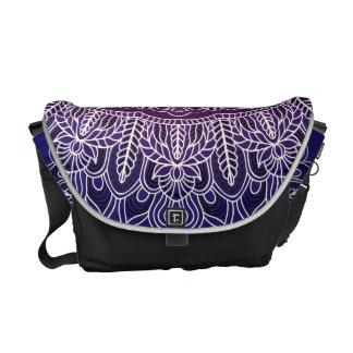 Weißer Mandala auf lila Hintergrund Kurier Taschen