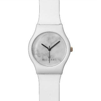 Weißer Marmor mit personalisiertem Monogramm und Armbanduhr