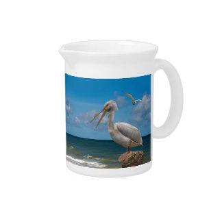 Weißer Pelikan auf einem Felsen Getränke Pitcher
