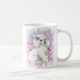 Weißer Pudel in der Flieder-Kaffee-Tassen-Schale