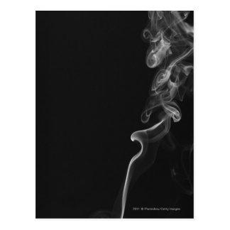 Weißer Rauch gegen einen schwarzen Hintergrund Postkarte