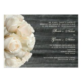 Weißer Rosen-Blumenstrauß u Barnwood Hochzeit