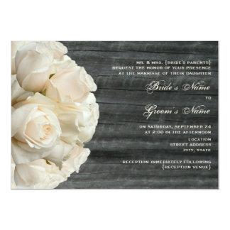 Weißer Rosen-Blumenstrauß u. Barnwood Hochzeit Individuelle Ankündigungen