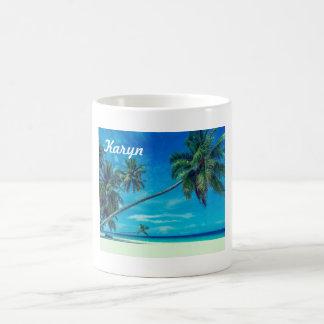 Weißer Sandy-Strand mit Kokosnuss-Palmen Kaffeetasse