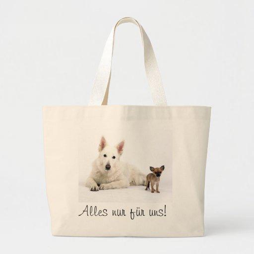 Weißer Schäferhund und Chihuahua schauen total süß Einkaufstaschen