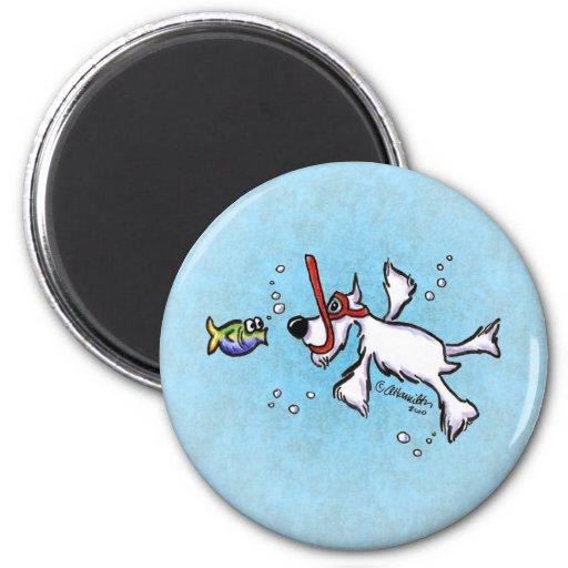 Weißer Schnauzer, der unter blauem Meer Magnete
