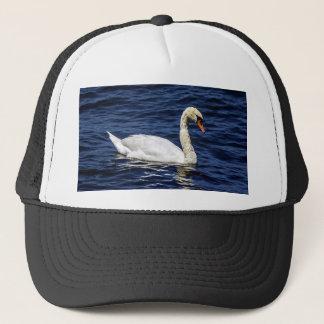 Weißer Schwan im blauen Wasser Truckerkappe
