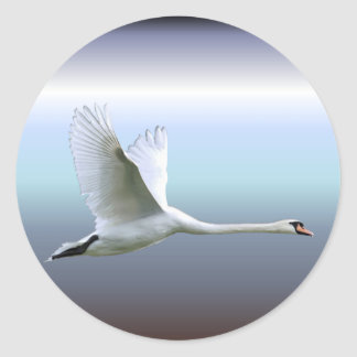 Weißer Schwan im vollen Flug Runder Aufkleber