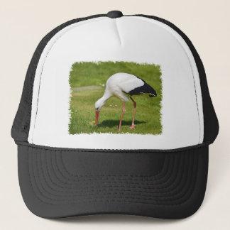 Weißer Storch auf Gras Truckerkappe