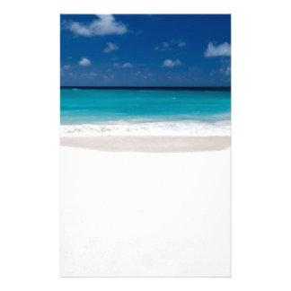 Weißer Strand und blauer Himmel Büropapier