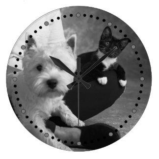 Weißer Terrier und Katze teilen die Liebe Große Wanduhr