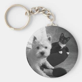 Weißer Terrier und Katze teilen die Liebe Schlüsselanhänger