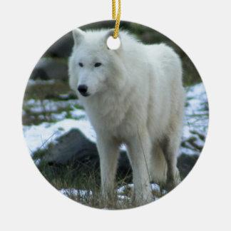 Weißer Wolf im Winter Rundes Keramik Ornament