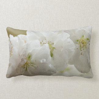 Weißes Blüten-Kissen Lendenkissen