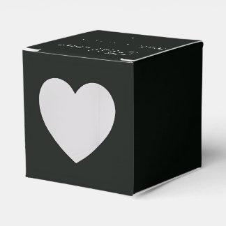 Weißes Dogrose auf einem dunklen Hintergrund. Geschenkschachtel