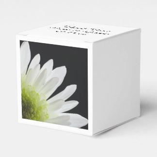 Weißes Gänseblümchen auf schwarzer Hochzeit Geschenkschachtel