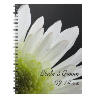 Weißes Gänseblümchen auf schwarzer Hochzeit Spiralblock