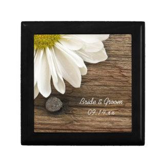 Weißes Gänseblümchen und Scheunen-hölzerne Geschenkbox